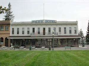History Park Pacific Hotel- Fox Den